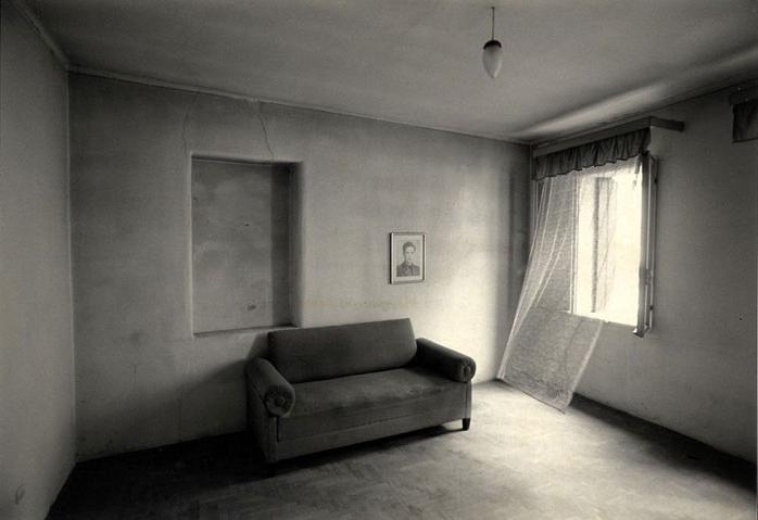 Casarsa, il salotto di casa Pasolini. Piergiorgio Branzi. 1995.
